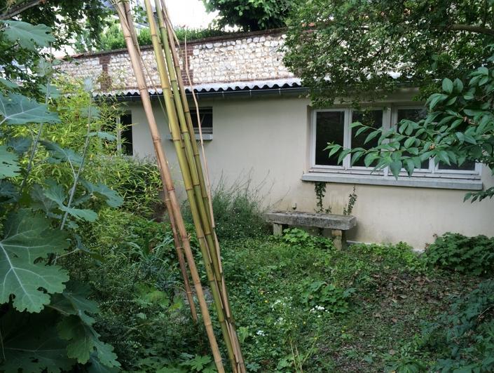 l'agence immobilière de rouen gare a à vendre une Maison de plein piedsavec jardin. elle est au calme et comprend: un séjour, une cuisine, une salle de bains ,deuxchambres.   elle a une Bonne exposition .
