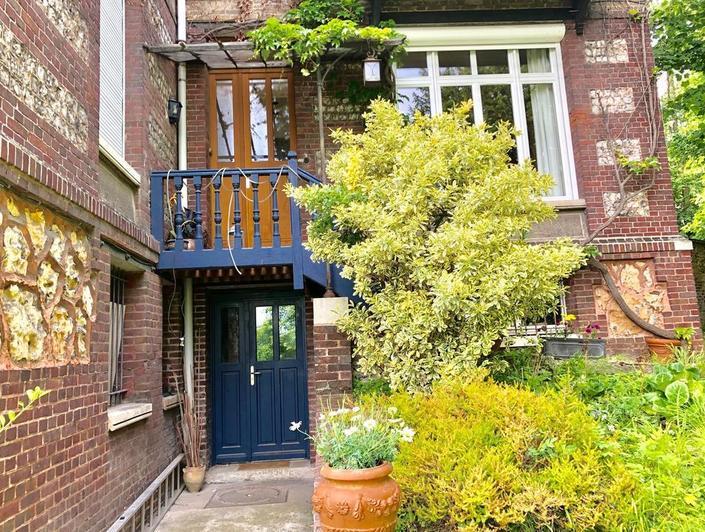 Proche SAINT GERVAISrouen rive droite , cette propriété ancienne de 230 m2 propose ungrand jardin , un garage, un parkinget une jolie vue .  vous pourrez vivre dans le charme du 19 ème.