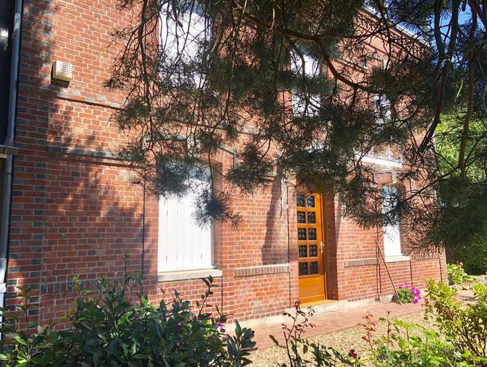 maisonancienne avec parquets, moulures, cheminéesà vendre à Bihorel village comprenant 140m2 habitable,un grand jardin plat et un grand garage.