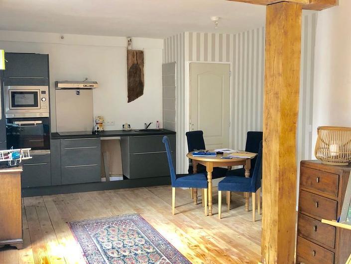 a vendre Rouen centre historique  vous pourrez visiter cetappartement de charme de 63m2 comprenant une entrée, un séjour avec espace cuisine équipée, deux chambres avec sanitaires, une salle de bains.