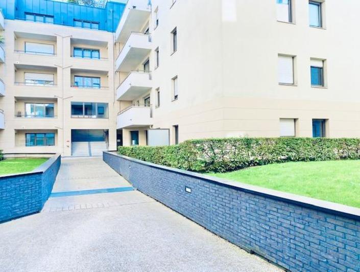 A vendre Rouen rive droite à deux pas de la gare, cet appartement T2 de 46 m2 en très bon état , au calmeavec balcon et parking en sous sol.