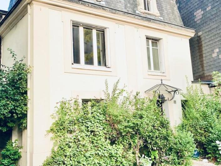 A vendre Rouen rive droite gare, cette maison de ville de charme de 75 m2 hab avec petit extérieur arboré.