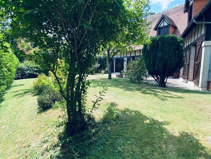 A vendre à  Mont Saint Aignan, cette propriété indépendante  de 250 m2 habitable sur sous sol complet avec garages et grand jardin clos pour environ 900 m2 .