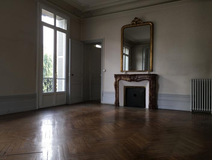 cet appartement est à ACHETER àRouen centre. detype ancien il garde ses parquets, moulures etcheminées.  il dispose d'une surface de 117m² habet est situé au premier étage et il est proposé au Prix de265 000€euros FAI TTC.