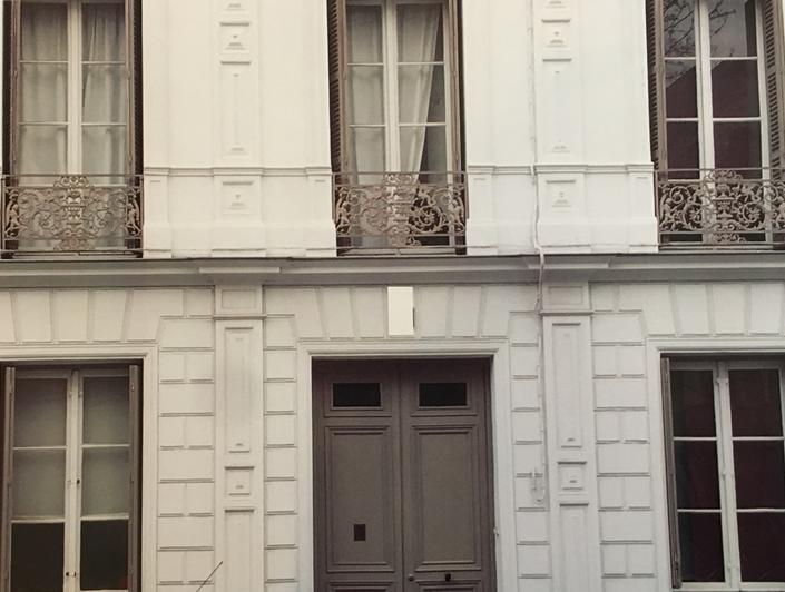 a vendre à Rouen rive droite saint gervais, cette maison anciennerenovéedans un style contemporainavec jardin, offre au Rez de jardin un grand salon avec espace réception et un bar donnant sur jardin.  Au Rez de chaussée ,une entée,une cuisine équipée de qualité, un grand séjour salon donnant sur une terrasse.  au premierétage, unpalier, deux chambres dont une donnant sur terrasse, une salle de bains,un wc.