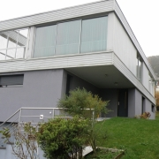 dans l'agence située à mont saint aignan, est à vendre une maison d'architecte de 187m² habitable sur 800m² de terrain avec garage et parking. elle offre une Entrée, troischambres,une salle de bain, deuxWC.  Au premier étage, vous trouverez une suite parentale, une salle de réception de 70m², une cuisine aménagée. elle est est trèscalme et lumineuse.