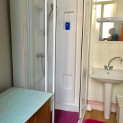 A vendre à Rouen gare rive droite , cet appartement studio de 27 m2 avec balcon offre  une entrée, une pièce principale,une cuisine meublée,une salle de douches avec wc.  les charges de copropriété sont élévées à 916 €uros par an et il y a dixlots de copropriété.  Son prix est de 79 000€uros TTC FAI.