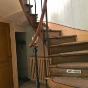 A vendreà ROUEN rive droite PROX VIEUX MARCHE ,cette maison ancienne de charme de 185m2 hab avec extèrieurs,parkings etgarage, offre :  Au rez de chaussée : uneentrée, une grande salle de jeux,un atelier, une chambre avec salle de douches .  au 1 étage : un grandséjour,une cuisine indépendante,une chambre avec salle de bains et son petit escalier permet d'accéder à latroisièmechambre.  elle possède également une très Belle cave voutée du XVIII é .  Sa chaudière est récente au gaz et enbon...