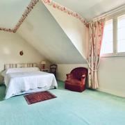 à vendre à Bois Guillaume cette maison traditionnelle indépendante de 157 m2 de plancher avec jardin clos et garage en porte automatique.