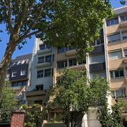 Vous voulez acheter de l'immobilier à Rouen jardin de l'hotel de ville?  profitez de la vente de cet appartement T4 de 90m2 comprenant : une entrée,ungrandséjour, une cuisine équipée avec un coin repas, deux belles chambres, une salle de douches, et de nombreux rangements.  vous profiterez d'une vue dégagée sur les jardins de l'hotel de ville et une exposition plein sud.