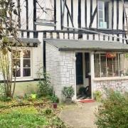 A vendre à Rouen rive droite, cette maison de charme avec jardin offre unparking  une entrée, unatelier, une cuisine avec un coin repas, un grand salon.