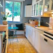 A vendre rouen rive droite entre gare et jouvenet, cet appartement offre125 m2 habitable,une terrasse, une cave un garage et un parking.