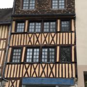 à vendre à Rouen hôtel de ville rive droite , dans un bel immeuble à colombage, ce grand studio de 29m2 situé au deuxième étage et il comprend une entrée,une salle de bains, une cuisine meublée et une grandepièce principale.