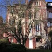 Située à Mont saint aignan Saint André à proximité de la gare Rouen Rive Droite,  Cette Maison anciennede 206m2 habitable offre un grand jardin.  elle Comprend: une entrée,un grand séjour, un salon, une salle à manger, cinqchambres, deuxdouches.  Très bonne exposition SUD etEST et OUEST.  elle est à vendre au Prix de 499 000 €uros.
