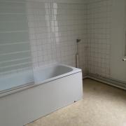 à vendre à Rouenplace saint marc, cet appartement ancien situé au 1 er étage de 83 m2 avec une cave .il comprend une entrée, une cuisine, un séjour avec cheminée, deux chambres, une salle de bains, un wc indépendant. toutes les sont en fenêtres double vitrage. Le chauffage est individuel augaz