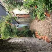 à vendre àrouen rive droite gare , dans un site privilégié , cette maison de 37 m2 indépendante avec jardin propose  une entrée, un séjour, un cuisine ouverte avec deuxchambres, une salle de bains.  des travaux sont à prévoir.  les Charges annuelles sont de 496€uros par an et son PRIX est de 66000 €uros FAI TTC.