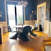 grand séjour salon soubassements en bois