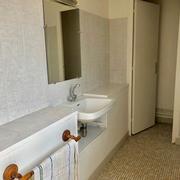 la salle de bains est indépendante
