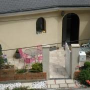 à vendre à rouen chu , cette Maison contemporaine avec terrasse et un garage .  .elle offre une Entrée, une cuisine équipée, une grande réception, troischambres, unesalle de bains etv deuxWC.
