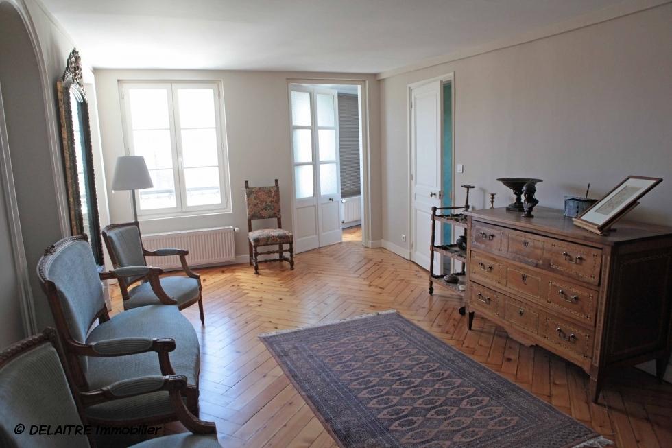 A vendre àRouen centre vieux marché,  cet appartement ancien de 151m2 habitable avec vue dégagée offre une entrée, du dégagement,des rangements, un bureau,un grand séjour, une grande cuisine équipée, deux grandes chambres,une salle de douches, un wc.