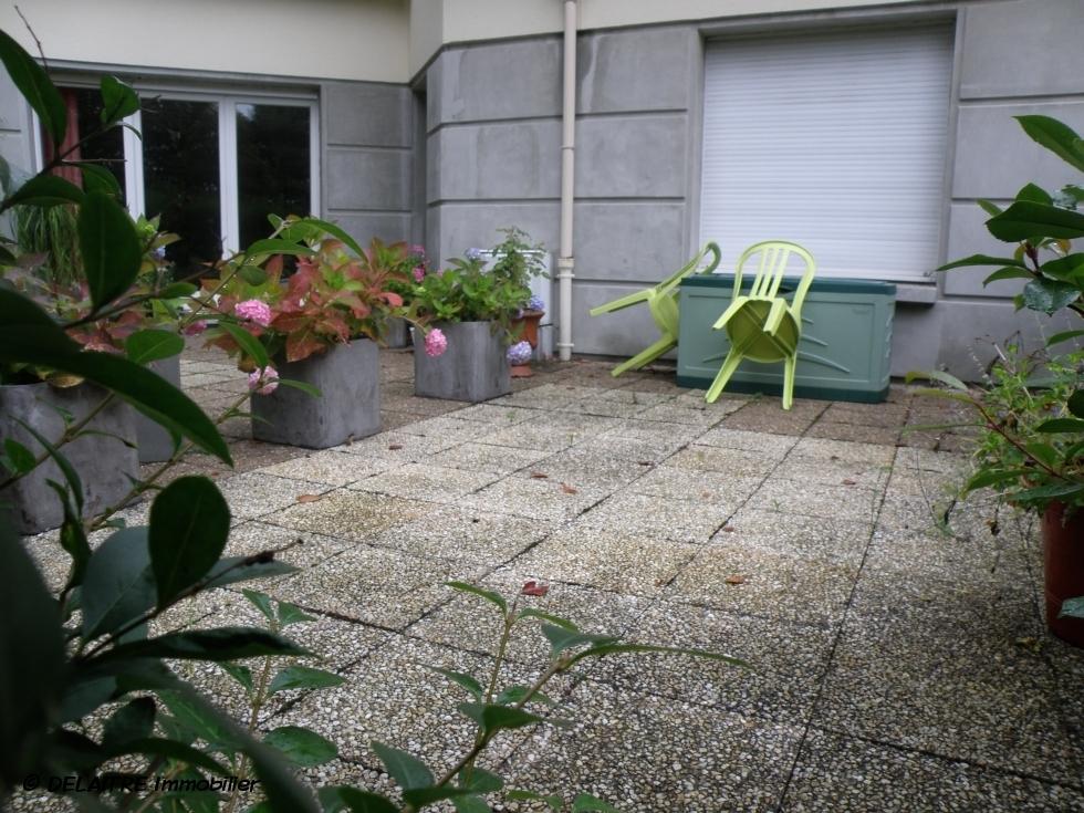 Dans notre agence immobilièrede Mont Saint Aignan, il y a un appartement de 80m² avec une grande terrasse à vendre.  il y a un garage pour deux voitures et une cave.  il est composé d'une Entrée, un séjour, une cuisine équipée avec uncoin repas, une chambre, une salle de douche et unWC. il est Bien exposé et au calme.