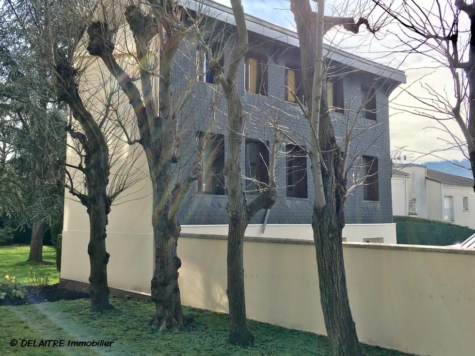 A VENDREà rouen rive droite chu, cet immeuble de rapport detrois appartements F2 dont un avec jardin au calme est exposé sud/ouest.  Le loyer annuel actuel est de 7920 € sur deux appartements occupés, le troisième étant libre . Le loyer annuel possible est de 13500 € .  Son prix est de 159000 € FAI TTC.