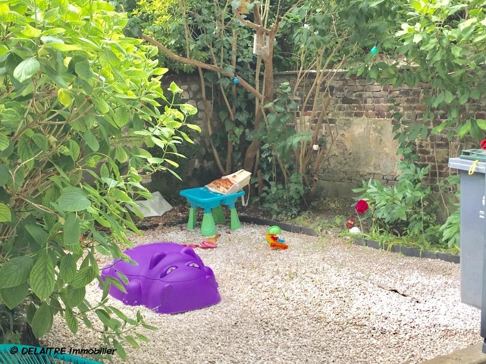 A vendre à Rouen rive droite gare, cette maison ancienne avec jardin, parquets, moulures, et cheminées  offre une entrée,une cusine indépendante, un séjour salon, un wc.  et dans les étages quatrechambres, deuxwc, une salle de bains avecdouches .  Son chauffage et production d'eau chaude sont au gaz.  son exposition estEst et Sud ouest.