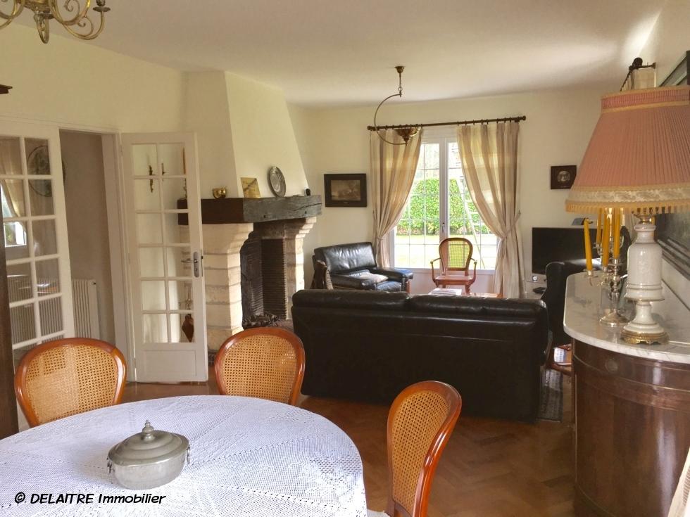 a vendre àbois guillaume  cette maison indépendante sur s sol complet avec garage et jardin 1000 m2, offre  une entrée en mezzanine, une cuisine équipée et aménagée, un séjour salon avec cheminée, troischambres , unbureau, unesalle de bains.