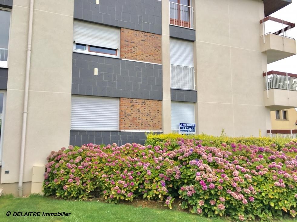 cet appartement de 105 m2 avec balcon,cave,garage et parking, offre une entrée, un grand séjour avec balcon ,une cuisine équipée, trois chambres, une salle de douches, une salle de bains.  Il est très fonctionnel avec de nombreux rangements.  il est entièrement refait, est au calme, et plein sud.