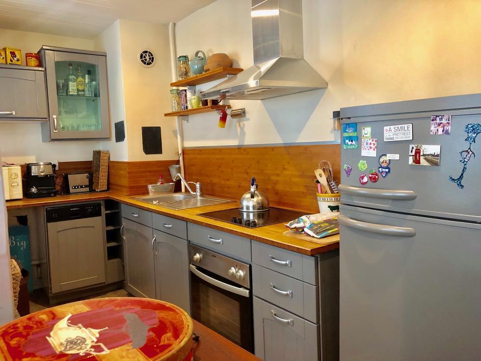 Situé en hyper centre de rouen, cet appartement de charme de 73 m2 offre une entrée, une cuisine équipée, un grand séjour avec cheminée, une grande chambre, une salle de bains et un wc indépendant.