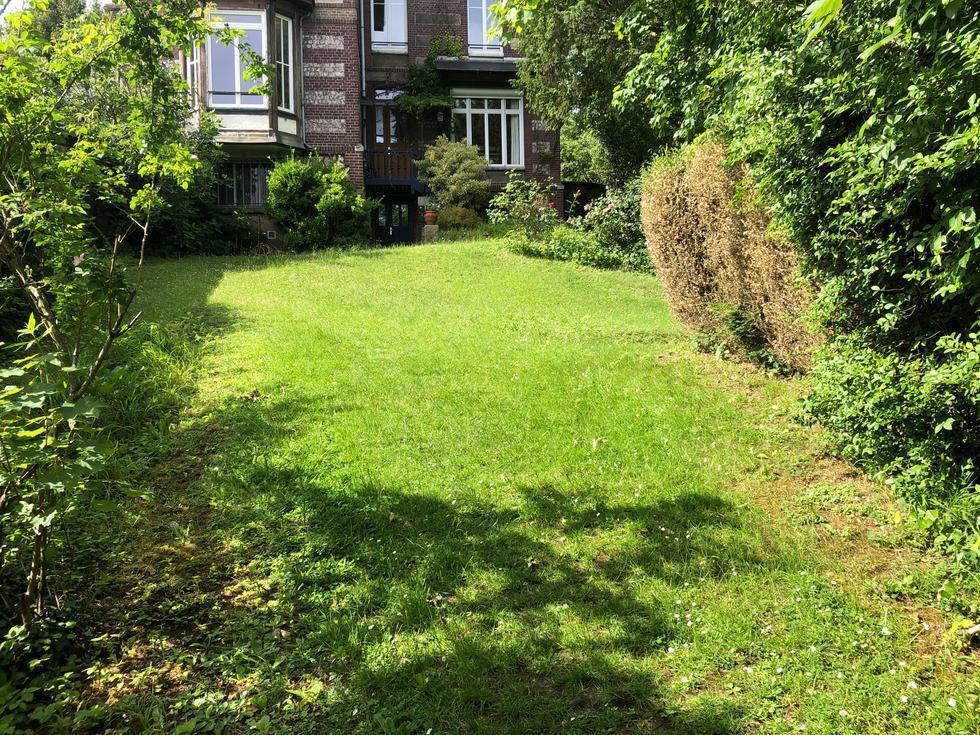 A vendre à Mont Saint Aignan , cette propriété ancienne de 240 m2 propose ungrand jardin , un garage, un parkinget une jolie vue .