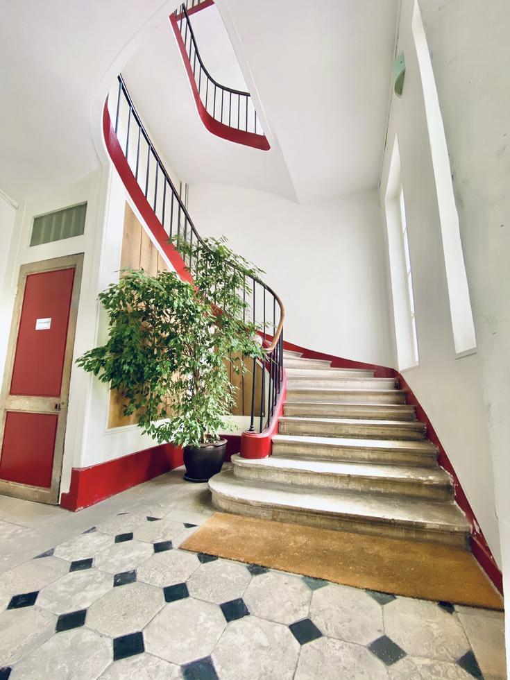 Avendre à acheter dans immeuble bien tenu,cet appartement ancien et traversant en hyper centre de Rouenavec parquets, moulures, cheminée pour112 m2 avec une cave et parking fermé.