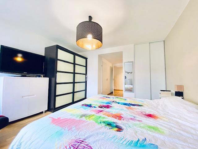 A vendre à Mont Saint Aignan résidentiel proximité gare de Rouen cet appartement en parfait état et de très bon standing encore sous garantiegros oeuvre.  Organisé sur 146m2 habitable, 78 m2 de terrassedonnant sur jardin  au calme, garage 2 voitures
