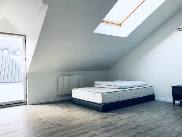 Un appartement duplex de 70 m2 offrant un séjour sur cuisin ouverte , à l'étage deux chambres , salle de douches ,avec usage d'une cour et parking