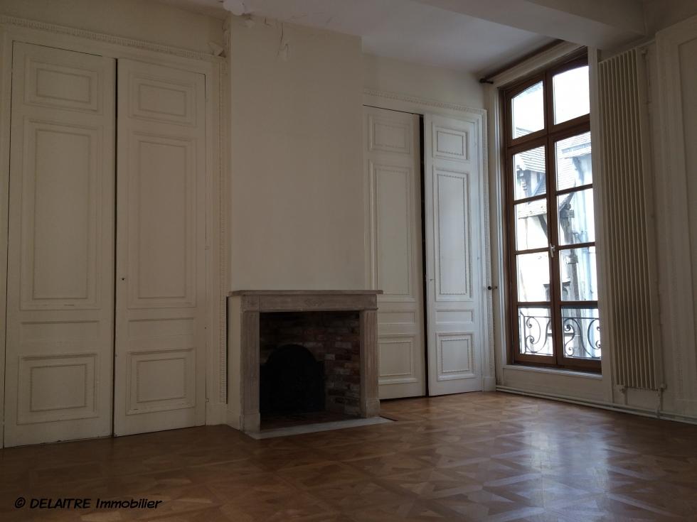 l'agence immobilière de bois guillaume a à vendre un APPARTEMENT ancien DE 179M² AVEC un GARAGE . il offre une GRANDE ENTREE ,une GRANDE RECEPTION ,une CUISINE, DEUX CHAMBRES ,DEUX SALLE DE BAINS. Son CHAUFFAGE est INDIVIDUEL au GAZ, il très TRES LUMINEUX .