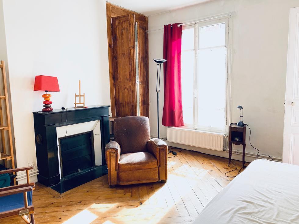 A vendre Rouen hyper centre cet appartement T4 de 88 m2 au 3ème étage avec moulures parquets cheminées .