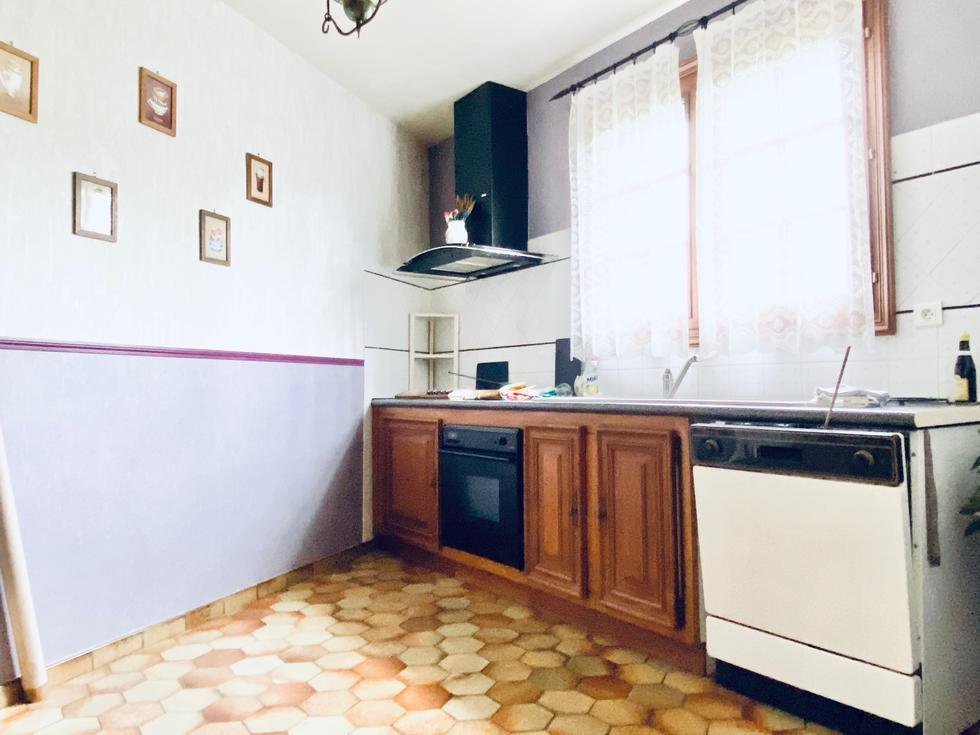 A vendre à Mont Saint Aignan dans une propriété de charme,  cet appartement de 131 m2 de style ancien avec une vue dégagée et exposé plein sud ;