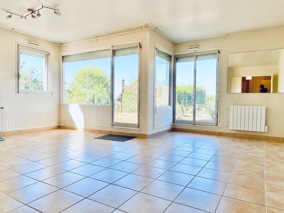 A vendre Rouen rive droite à proximité du CHU , dans une résidence de bon standing,  cet appartement T3 avec une terrasse en herbe , un parking et une cave ;