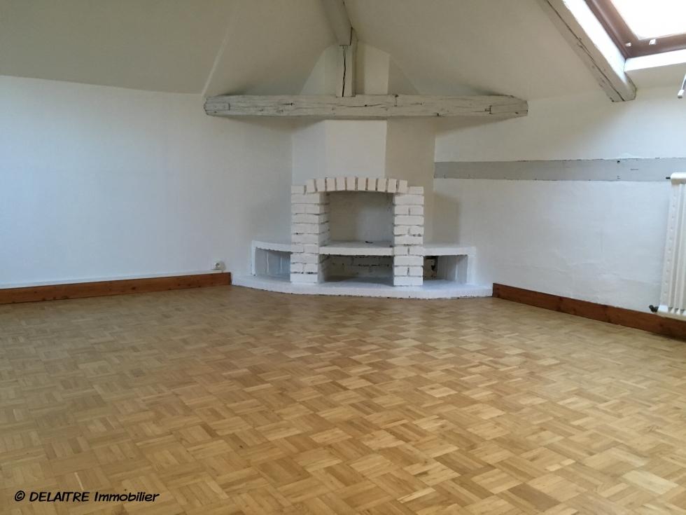 à vendre à Rouen place cauchoise, cet original appartement duplex avec parking. il offre une Entrée,des rangements , une cuisine équipée, deuxchambres. au premier étage vous trouverez un grand séjour avec cheminée. il est très lumineux,calme, avec toutes commodités. les Charges annuelles sont 1320€, et son prix s'élève à 119000€ FAI TTC.