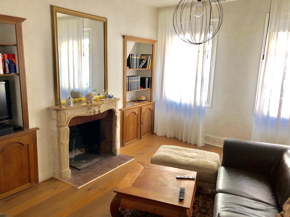 l'agence immobilière de bihorel propose à acheter une maison ancienneavec grande terrasse arborée et un garage.  il y a une Entrée, une cuisine équipée, uneGrande réception, quatrechambres, deuxsalles de bains, uneLingerie.   son Chauffage est au gaz , elle estAu calme etPlein sud.