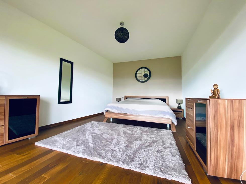 A vendre, à acheterà Mont Saint Aignan résidentiel, cette propriété de style contemporain de 200 m2 habitable sur un terrain plat et clos .