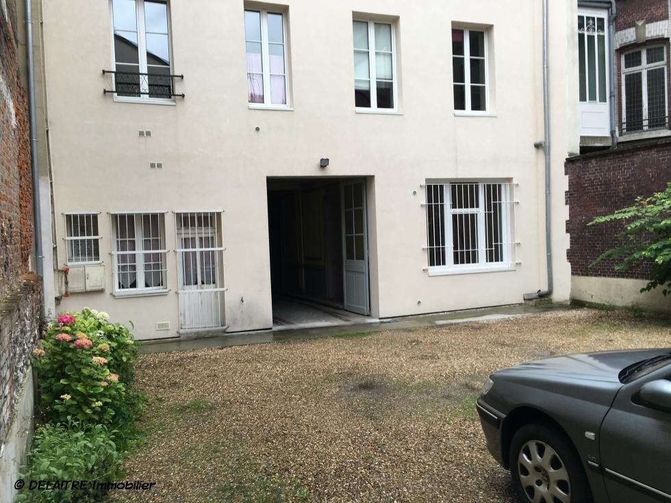 A vendre et situé àRouen rive droitevieux marché ,cet appartement studio 21 m2en bon étatavec parking est organisé en une  pièce principale avec mezzanine, une cuisine meublée, une salle de douches avec wc et son chauffage est individuel et son PRIX est de 66000€ FAI TTC.