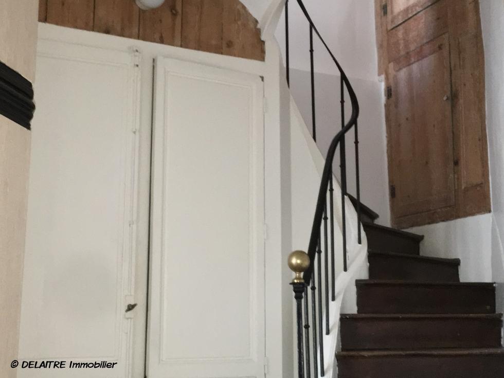 a vendre à Rouen gare , cette Maison ancienne decharme enbon état. Elle offre , une Entrée, une buanderie avec wc. au 1 étage: un séjour salon, une cuisine équipée,une chaufferie au gaz. Au 2 étage: unegrande chambre, un palier, une salle de bains avec douche, un dressing. Au 3 etage : une grande chambre av douche et une petite chambre. elle très lumineuse etcalme.