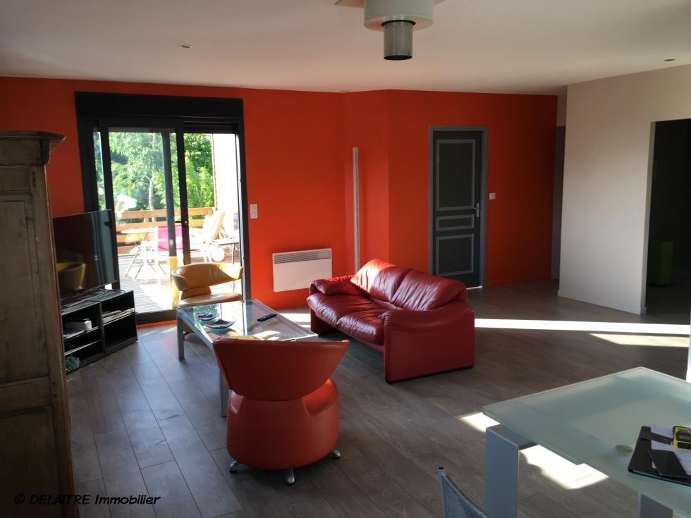 à vendre à Rouen C H U , cette Originale maison indépendante avec vue dégagée,jardin et stationnements trois véhicules . elle propose en Rez de jardin:  Une entrée, quatrechambres , un bureau, une lingerie, deuxsalle de bains av wc .