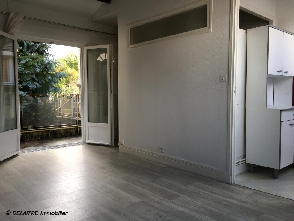 A vendre à ROUEN JOUVENET ,ce studio avec PARKINGen bon état et au calme offre,  une Entrée, une grande pièce principale, une cuisine meublée avec plaque de cuisson et réfrigérateur, une salle de bains avec wc.