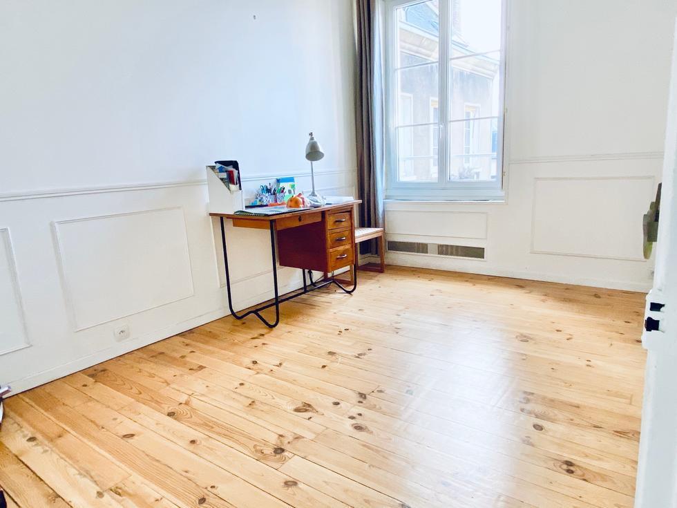 Avendre à acheter dans immeuble bien tenu,cet appartement ancien et traversant en hyper centre de Rouenavec parquets, moulures, cheminée pour112 m2 avec deux caves et parking fermé.