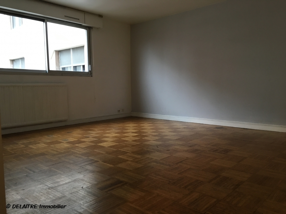 A vendre àrouen rive droitedans une residence de bon standing, cetappartement F2 de 46 m2 avec ascenseur  offre une grande pièce principale, une cuisine meublée, unechambre, une salle de bains avecwc.  les Charges sont de 1548€ par antout inclus.  son Prix est de 92000 € FAI TTC.