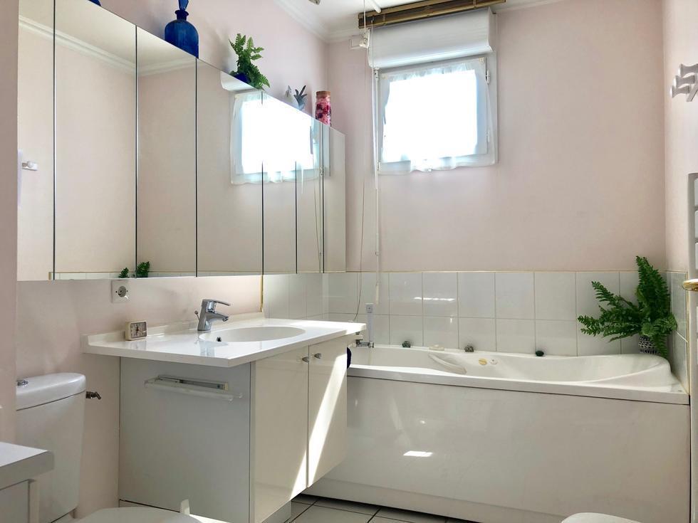 vous trouverez une fenêtre dans cette salle de bain aménagée .