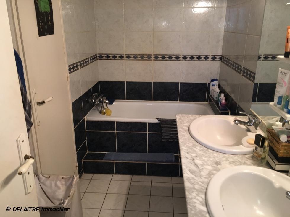 A vendre àRouen rive droite CHU , cetappartement F3 de 59 m2 avec vue degagée, cave et parking couvert offre  une entrée, un séjour, une cusine équipée, deuxchambres, une salle de bains,un wc, du dégagement, des rangements.  il est exposé plein sud et reste au calme.