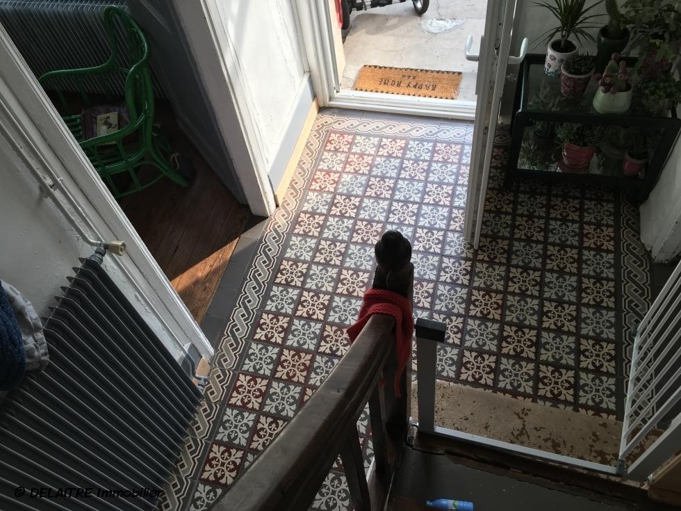 En exclusivité à vendre àrouen jouvenet cette maison de ville d'environ 103m2 hab avec dépendance de 20m2 et son jardin clos de murs offre  une entrée,un séjour avec cheminée,une cuisine ,une salle de bains avec wc.  au premier etage vous trouverez deuxchambres, palier et audeuxième etage deux 2 chambres palier etwc.  les parquets, moulures, et cheminées sont prestées,elle est exposée plein sud etcalme.  Son prix est de 329000 €uros FAI TTC.